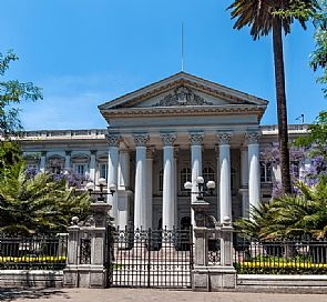 Walking tour through Santiago: lights and shadows of the city