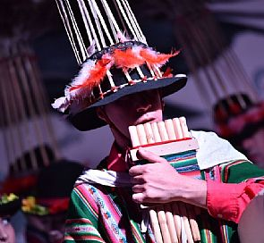 Show folclórico Raíces con degustación de vino en BordeRío